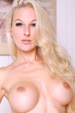 Camangel zeigt ihre großen nackten Brüste