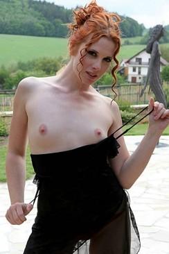 Karina zeigt sich vor der Sexcam nackt